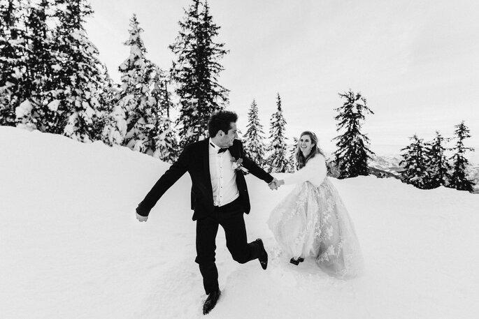 Hochzeitsfotos. Brautpaar hat Spaß bei Shooting im Schnee