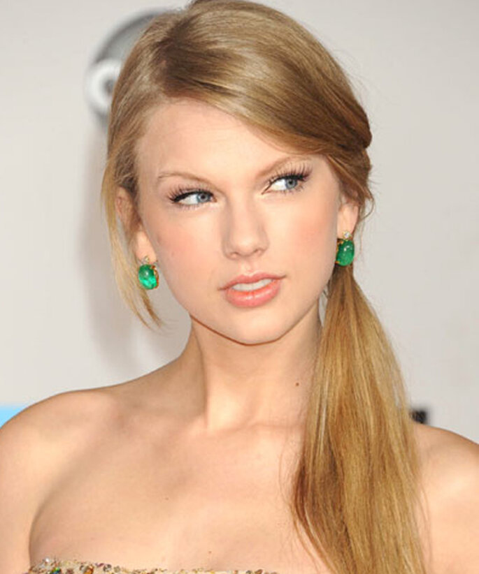 Coleta a la altura de la nuca para un rostro en forma ovalada - Foto Taylor Swift Facebook