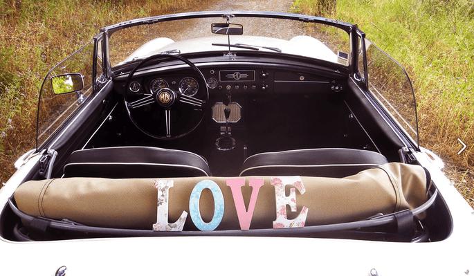 carro de casamento com a palavra 'love'
