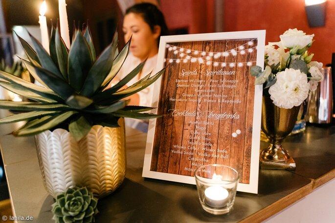 Bar mit Agaven in goldenen Töpfen