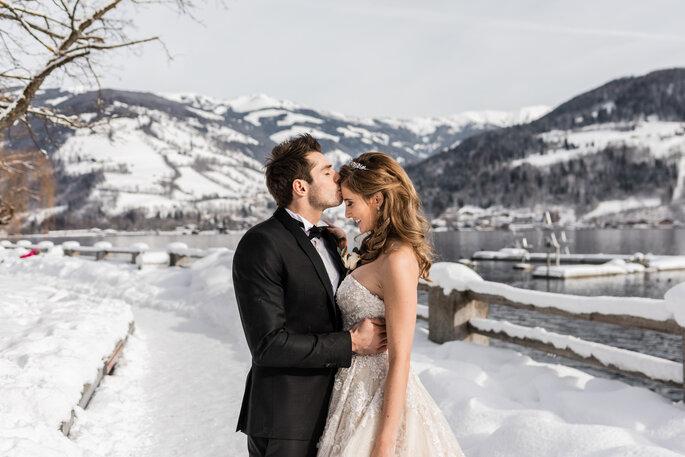 Hochzeitsfoto.Brautpaar vor Bergkulisse