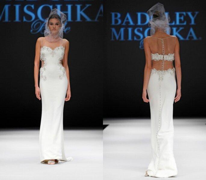 Vestido de novia con cortes en la espalda y apliques de pedrería - Foto Badgley Mischka