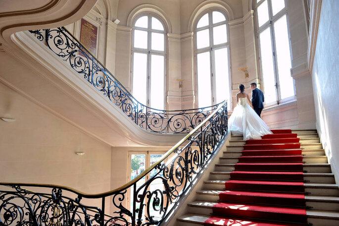 Un couple de mariés dans un escalier