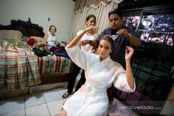 Bald ist die Hochzeitsfrisur fertig! Foto: Eric Velado