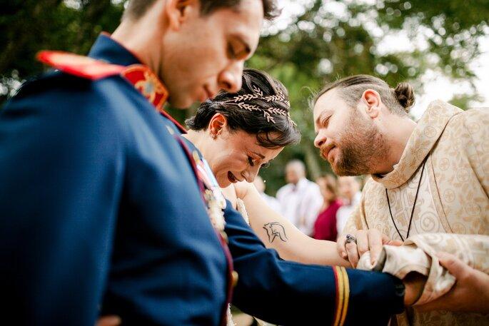 Padre celebrando casamento religioso com efeito civil