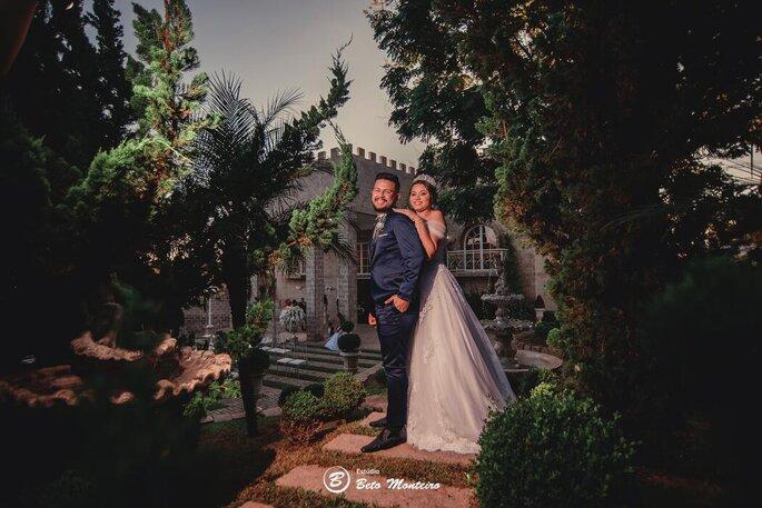 Noivos posam no deslumbrante jardim do Castello Reale