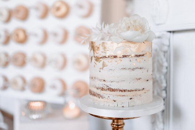 Sweet Table in weiß und Gold Donut-Wall und Hochzeitstorte