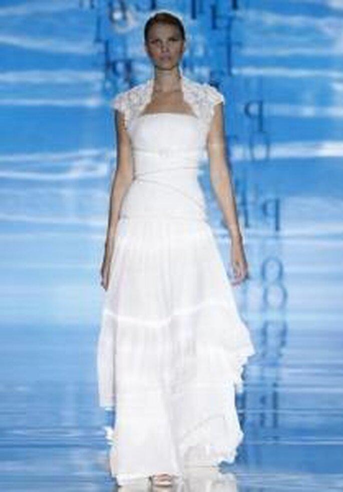 Pepe Botella 2010 - Vestido largo de corte princesa, de cuerpo ajustado con un lazo decorativo, mangas pequeñas en forma de torera