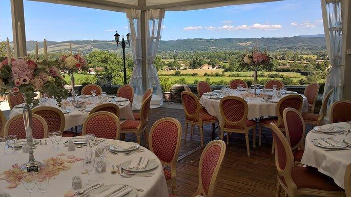 Un dîner de réception organisé sous un chapiteau au Château de Maulmont, face à une vue exceptionnelle.