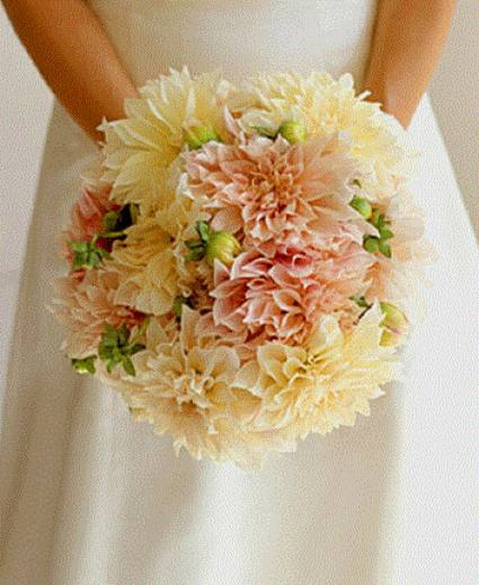 Bouquet de mariée à base de dahlias - Photo: Dana Gallagher