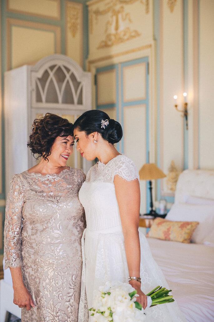 Noiva com a mãe em grande cumplicidade
