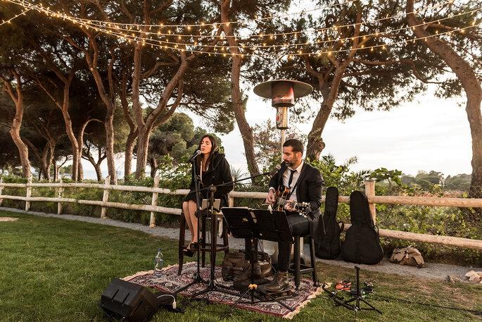músicos a tocar num casamento ao ar livre