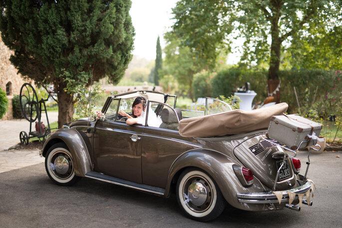 mariée dans voiture de collectionn