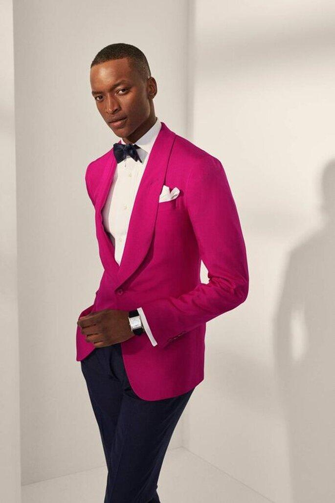 Emoquin Tuxedo con saco rosa moño negro pantalones negros y pañuelo blanco