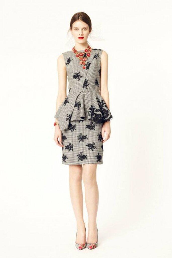 Vestido de fiesta 2014 en color gris oxford con estampado de flores negras y silueta peplum - Foto Oscar de la Renta