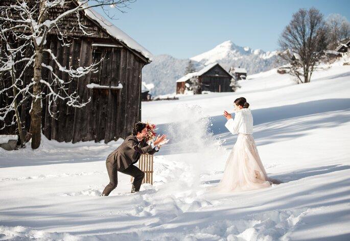 braut und bräutigam machen eine schneeballschlacht