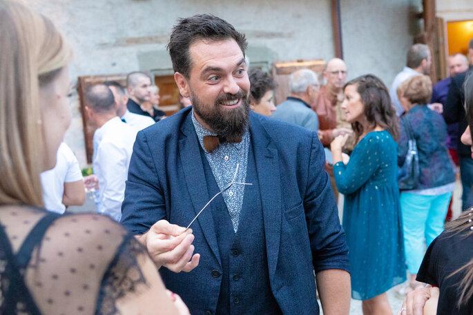 Harry Covert réalise des tours de magie à chaque table d'invités pendant le diner de réception