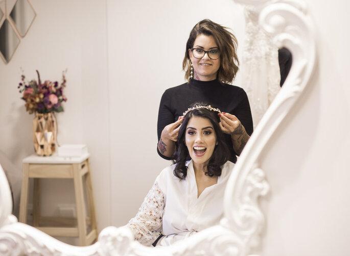 Cabelo e maquiagem: Aline Bretas - Acessório de cabelo da noiva: Mari Peres - Fotografia: Andre Alves