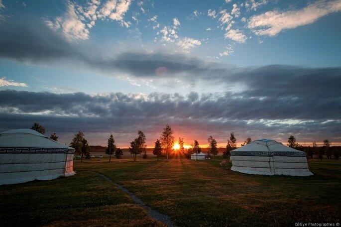 Le Nomade Lodge - Tentes nomades dans lesquelles peuvent loger les futurs mariés et leurs invités au coucher du soleil
