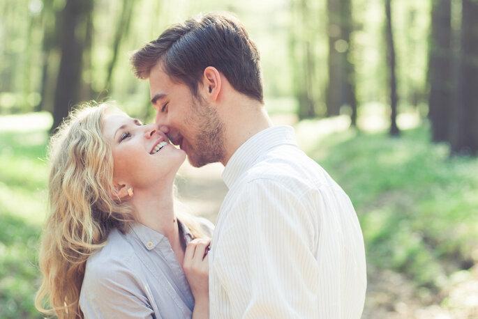 casal feliz no campo
