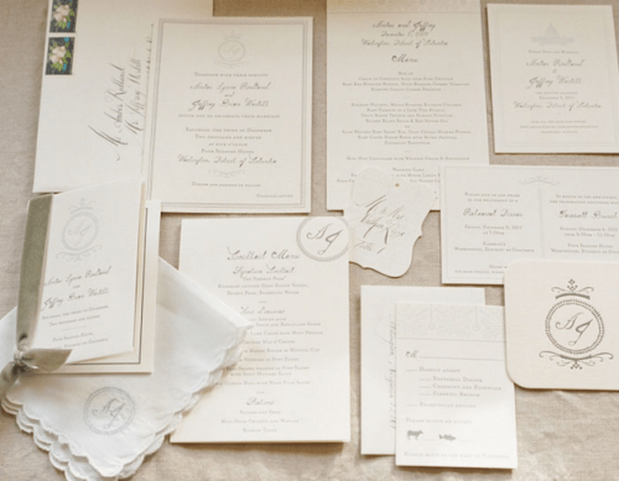 Empieza por elegir unas invitaciones de boda en color blanco - Foto Kate Headley