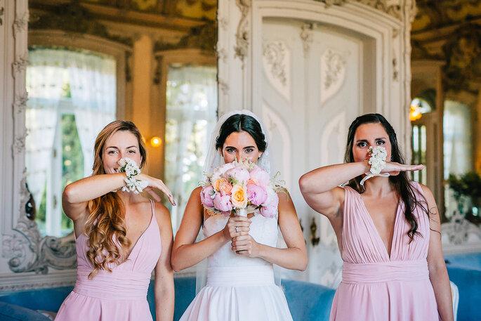 damas de honor com vestido cor-de-rosa e pulseira de flores iguais