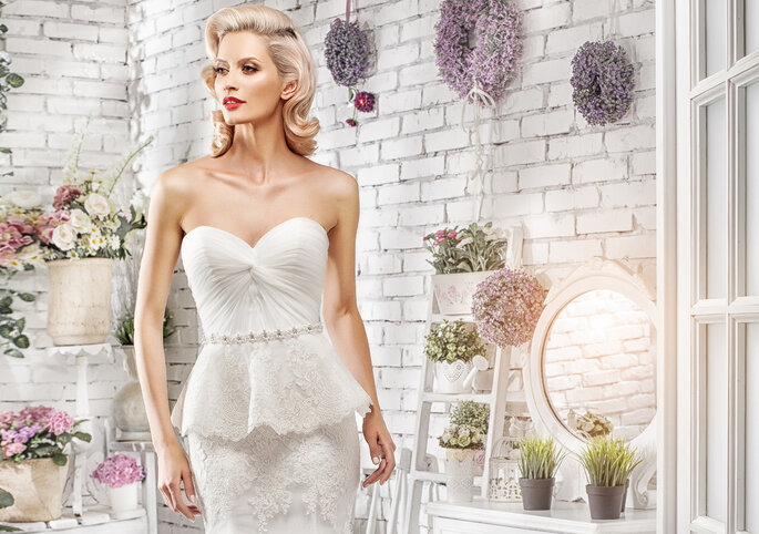 Passendes Brautkleid zum Lippenstift, Foto-Shutterstock