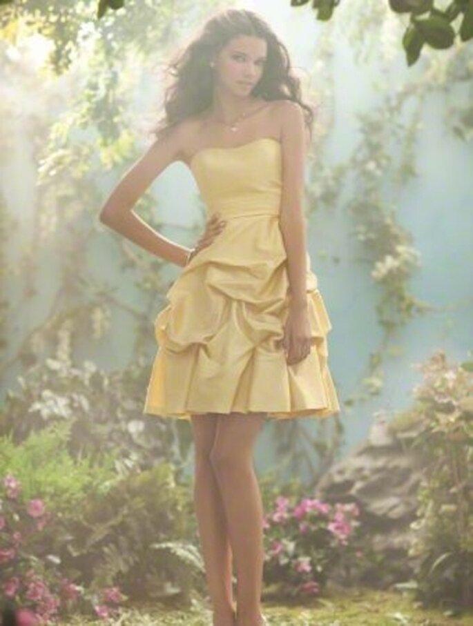 Vestido corto strapless color amarillo para damas de boda inspirado en Disney - Foto Alfred Angelo