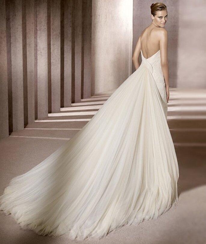 Vestido de novia con cauda que inicia arriba de la cintura. Pronovias 2012