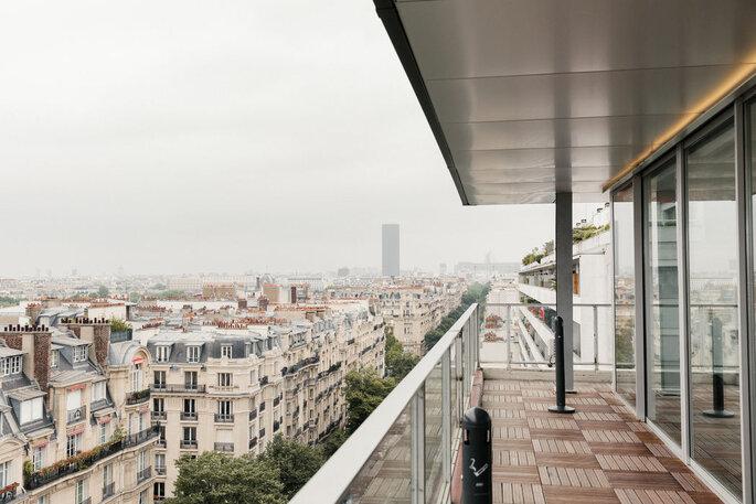 Terrasse de l'hôtel Pullman Paris Tour Eiffel avec sa vue sur Paris et sa tour Montparnasse