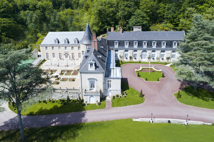 Vue aérienne du Château de Beauvois, avec son parc verdoyant et la forêt en arrière-plan.