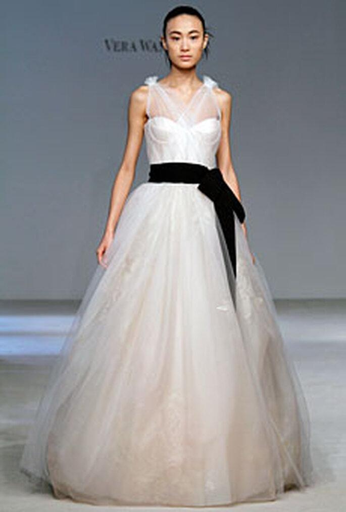 Vera Wang 2010 - Vestido de corte princesa en gasa con lazo negro