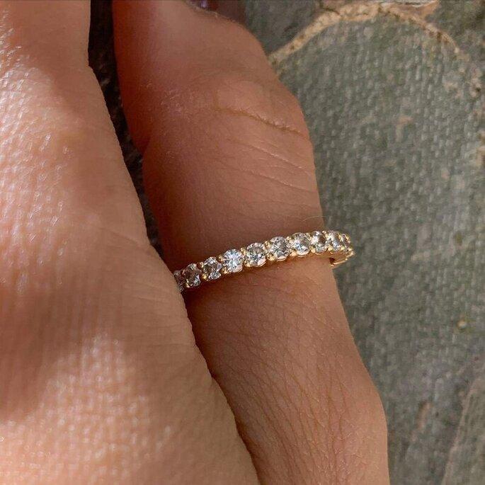 Alliance sertie de diamants sur le doigt d'une mariée.