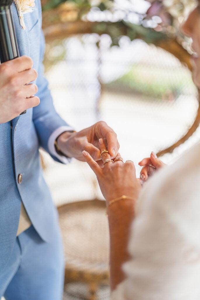 alliances échangées entre mariés pendant cérémonie