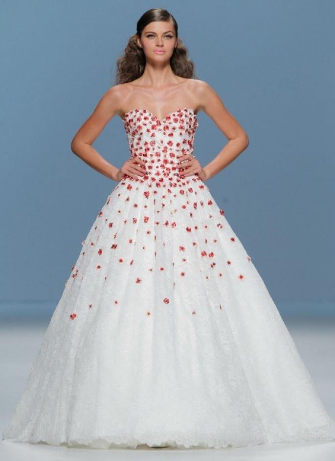 Brautkleid mit roten Details – Foto: Cymberline 2015