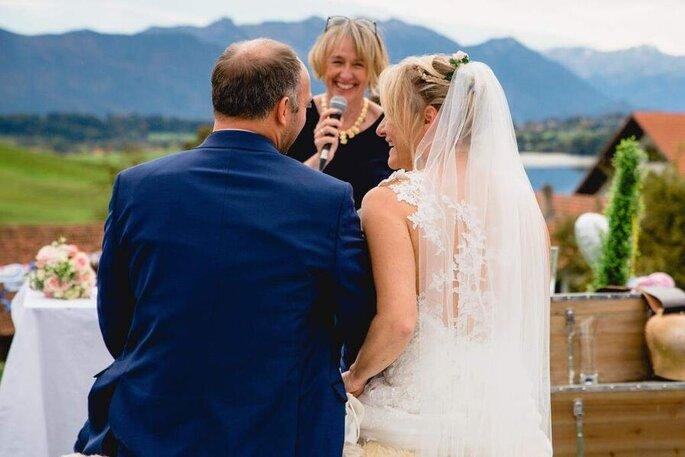 Silvia Schäfler hält lächelnd die Hochzeitsrede.