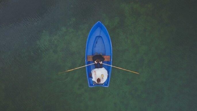Ein Brautpaar fährt in einem Boot auf einem See, Vogelperspektive.