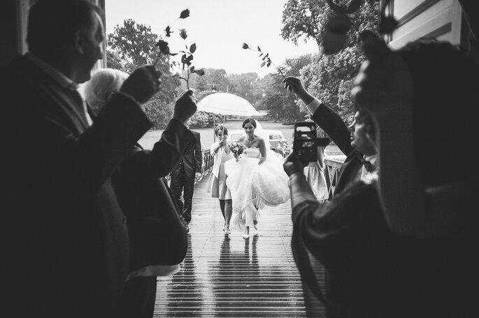 Braut im Regen laufend