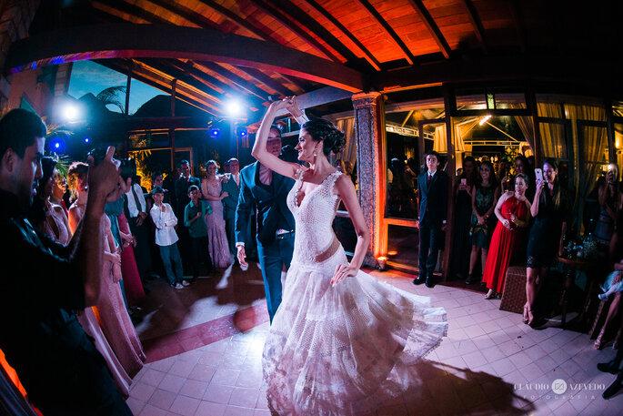 Noivos se apresentam em casamento ao ar livre