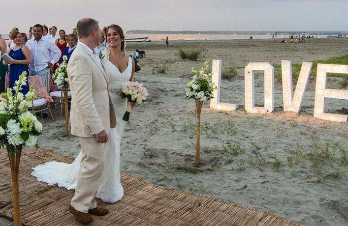 Entrada de la novia a ceremonia en la playa