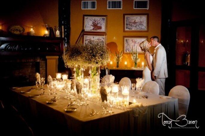 El estilo de la boda; una boda íntima durante la noche. Foto de Tomas Barron