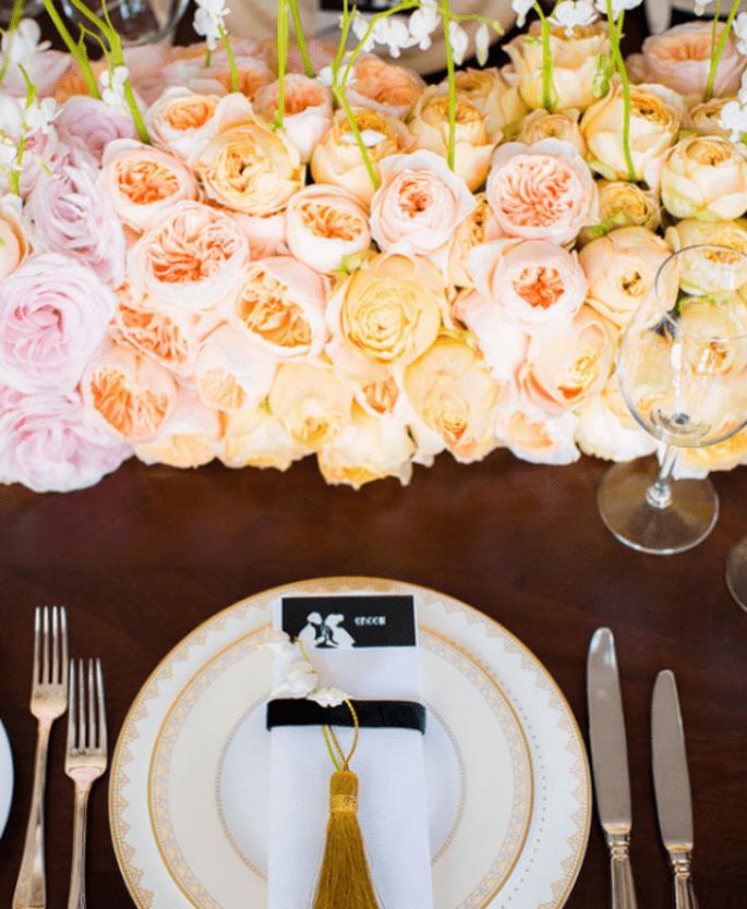 Decoración de boda en coral, rosa y gris. Fotografía Anouschka Rokebrand