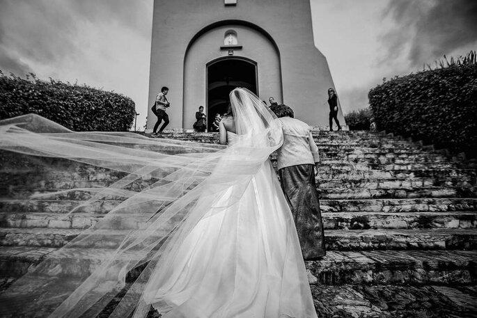 Novia llegando a la Iglesia de la mano de su mamá
