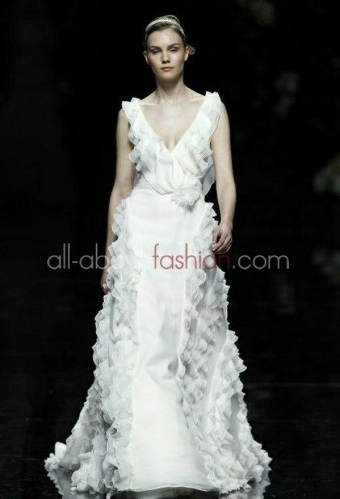 Profondo scollo a V e balze in chiffon per questo abito firmato Manuel Mota per Pronovias 2013 Foto www.all-about-fashion.com