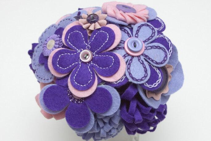 Bouquet de mariée composé de marguerites violettes brodées. Photo: B de Blanca