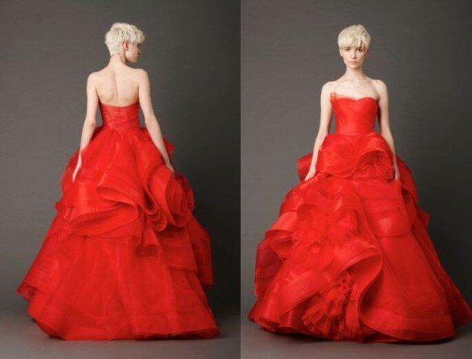 Vestido de novia en color rojo y detalles florales - Foto: Vera Wang blog