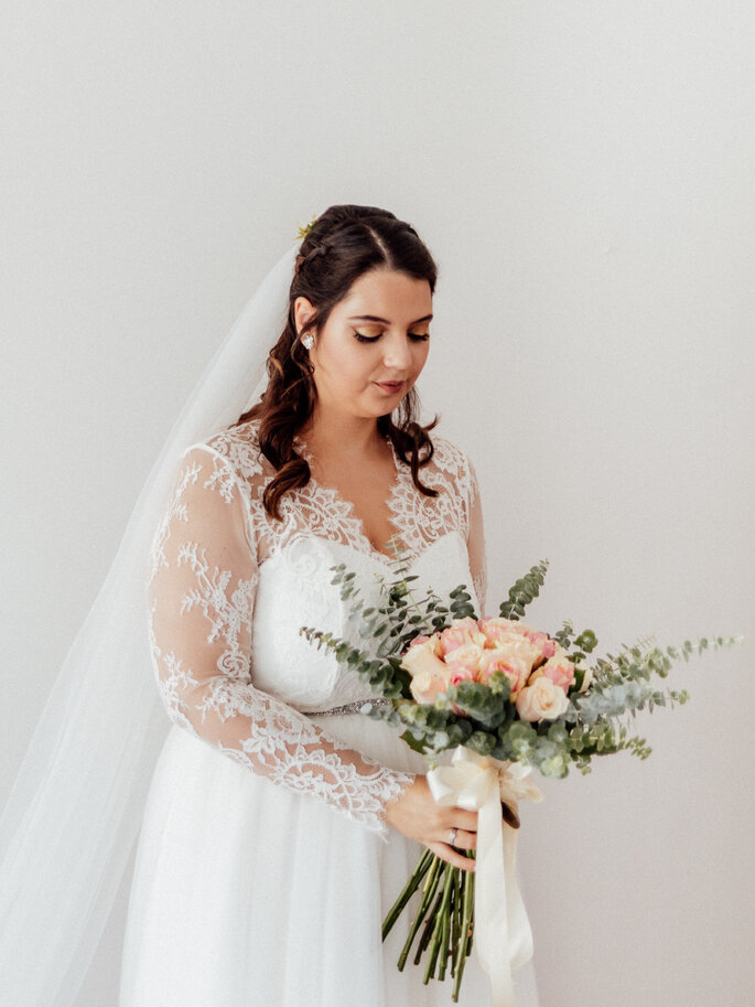 A noiva com o bouquet de flores. Casamento Mariana e Pedro