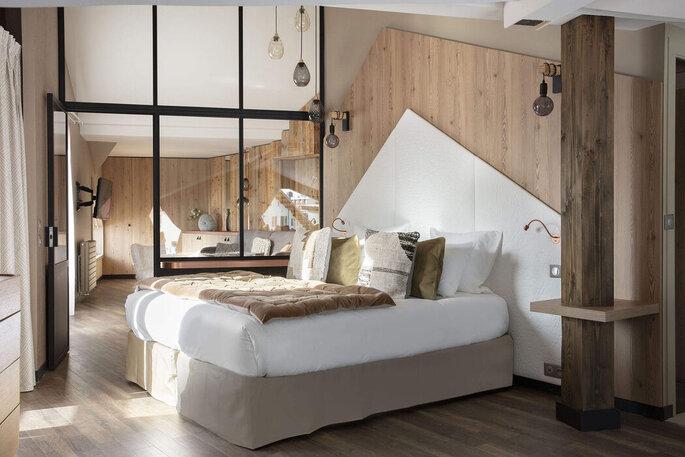 Chambre tout en bois, moderne pour loger les invités à un mariage en montagne