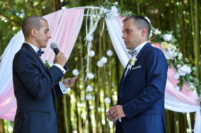 Un couple de mariés échange ses vœux à l'occasion d'une cérémonie laïque