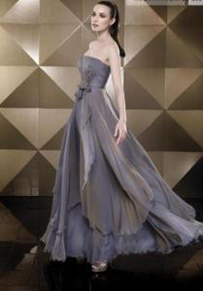 Pepe Botella 2009 - Vestido gris largo de corte imperio, escote recto, falda amplia